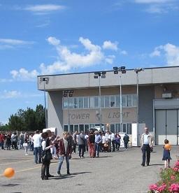 In questa immagine si vede la sede principale dell'azienda Tower Light che si occupa di realizzare Torri Faro, Motopompe e Dust Fighter durante una esposizione delle ultime torri faro prodotte.